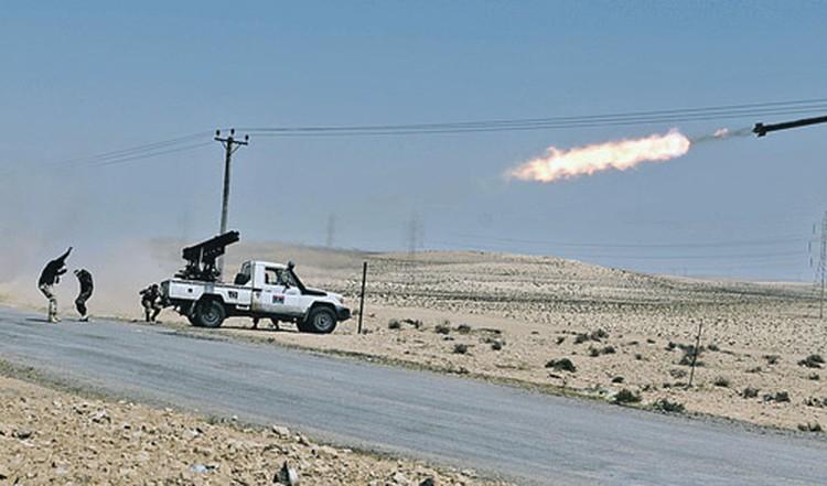Повстанцы последними снарядами отстреливаются от наступающих правительственных войск. Но силы не равны: оппозиционеры откатываются все дальше на восток.