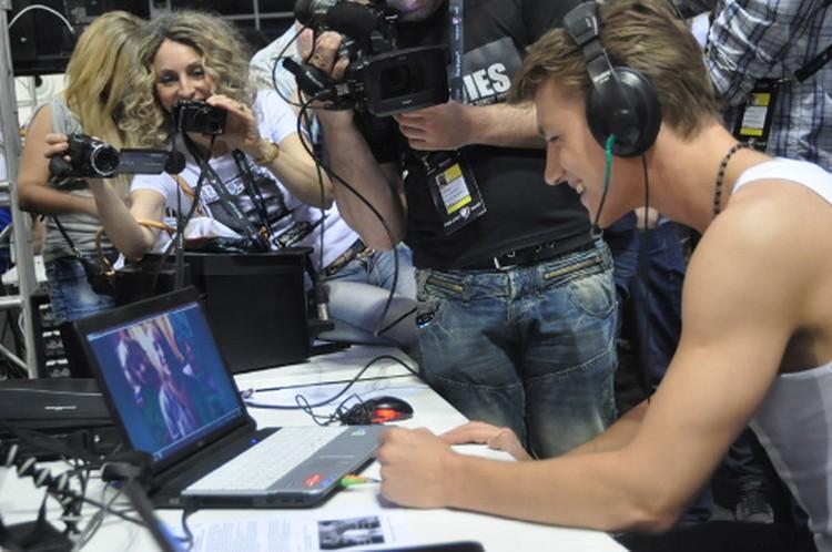 По окончании полуфинала Алексей первым делом отправился пообщаться с родней по скайпу