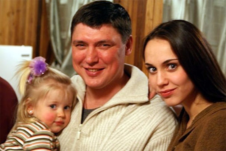 Екатерина Сивакова с дочкой и мужем.