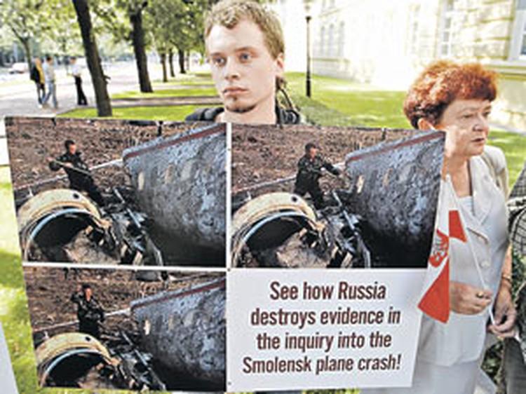 А вот этим полякам, похоже, не нужны никакие расследования, они убеждены, что во всем виновата Москва. «Смотрите, как Россия уничтожает улики в расследовании смоленской катастрофы!» - написано на плакате этого пикетчика. Смысла - ноль, зато внимание пресс