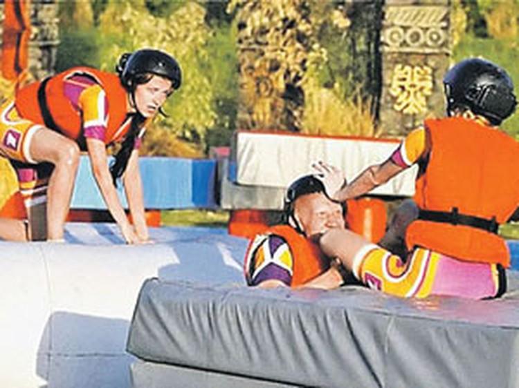 В экстремальном проекте «Жестокие игры» напарнику Насти Антону Ескину (в центре) досталось от соперников. Позже Сиваева (слева) отомстила за товарища