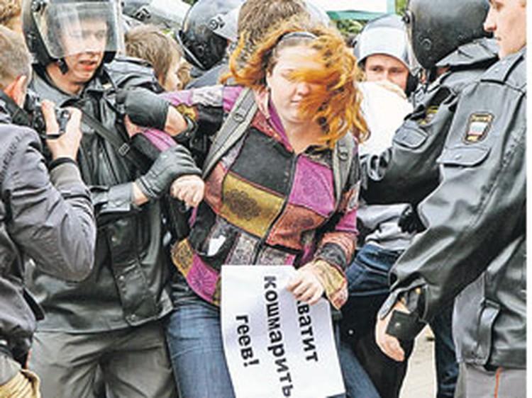 Полиция задерживала и гомофобов, и самих митингующих.
