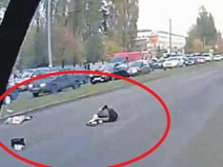 Кадр с видеозаписи той аварии: мать и дочь сбиты несущейся машиной