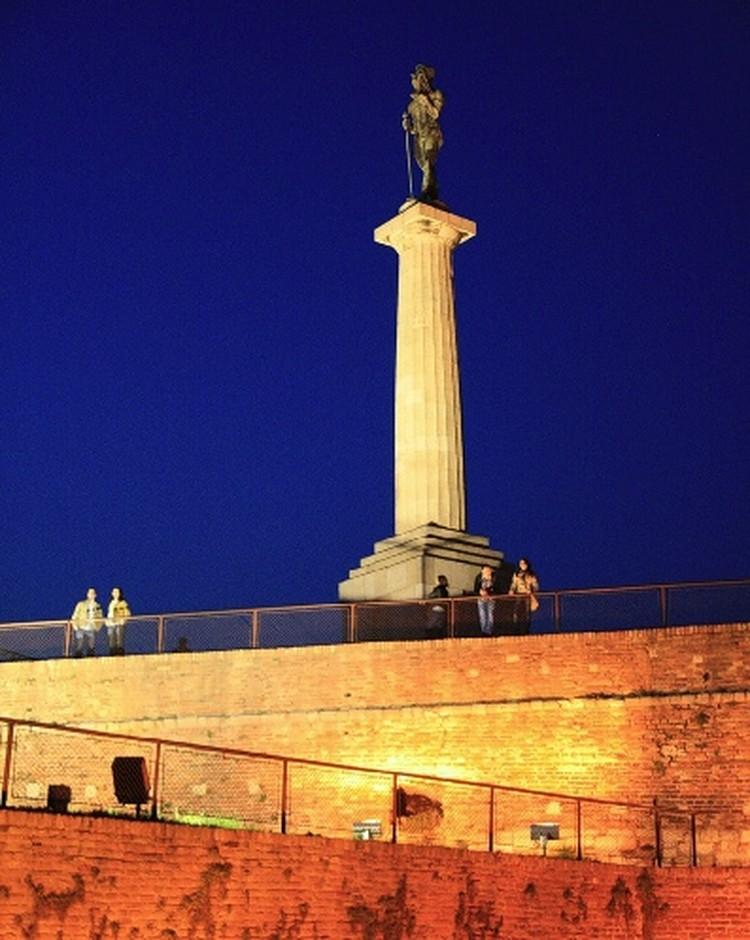 Голая статуя Победника возвышается над всем Белградом.