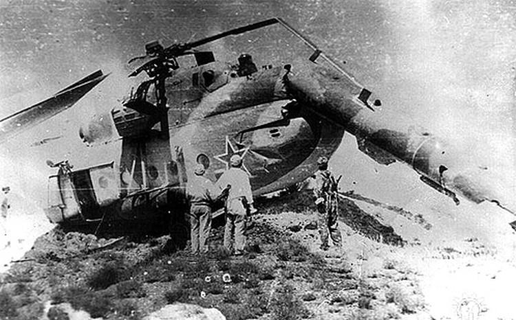 Девушка справа - официантка вертолетного полка Надя Миргородская...