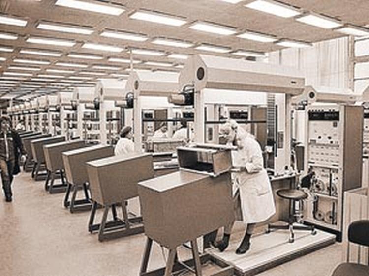 Сравните сами: на фото 1984 года - цех Рижского завода «ВЭФ» по выпуску лучших в СССР телефонов.