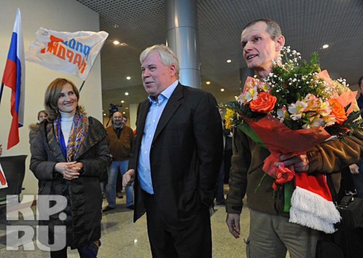 Владимира Садовничего в аэропорту встретили журналисты и адвокат Анатолий Кучерена