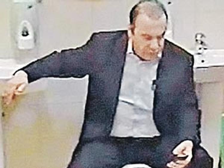 Во время задержания Батурин попытался закрыться в туалете и начал кому-то названивать (кадр оперативной съемки).