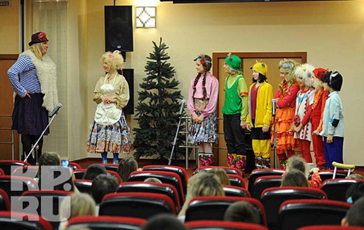 Актеры мюзикла приехали в больницу специально, чтобы подарить детям тепло и веселье