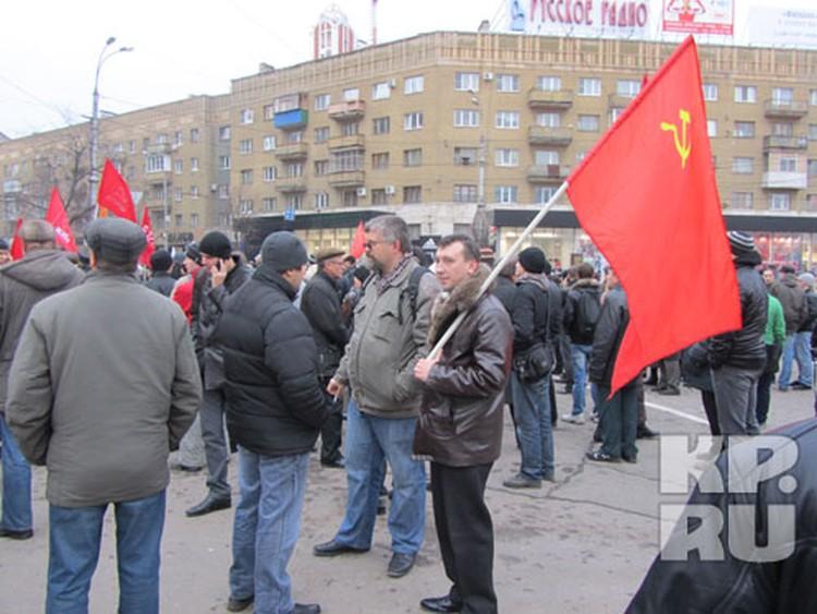 На акцию протеста собрались представители разных партий.