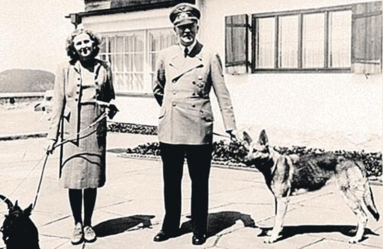 В военные годы Адольф и Ева любили отдыхать с любимыми собаками врезиденции фюрера «Бергхоф» в Баварских Альпах.
