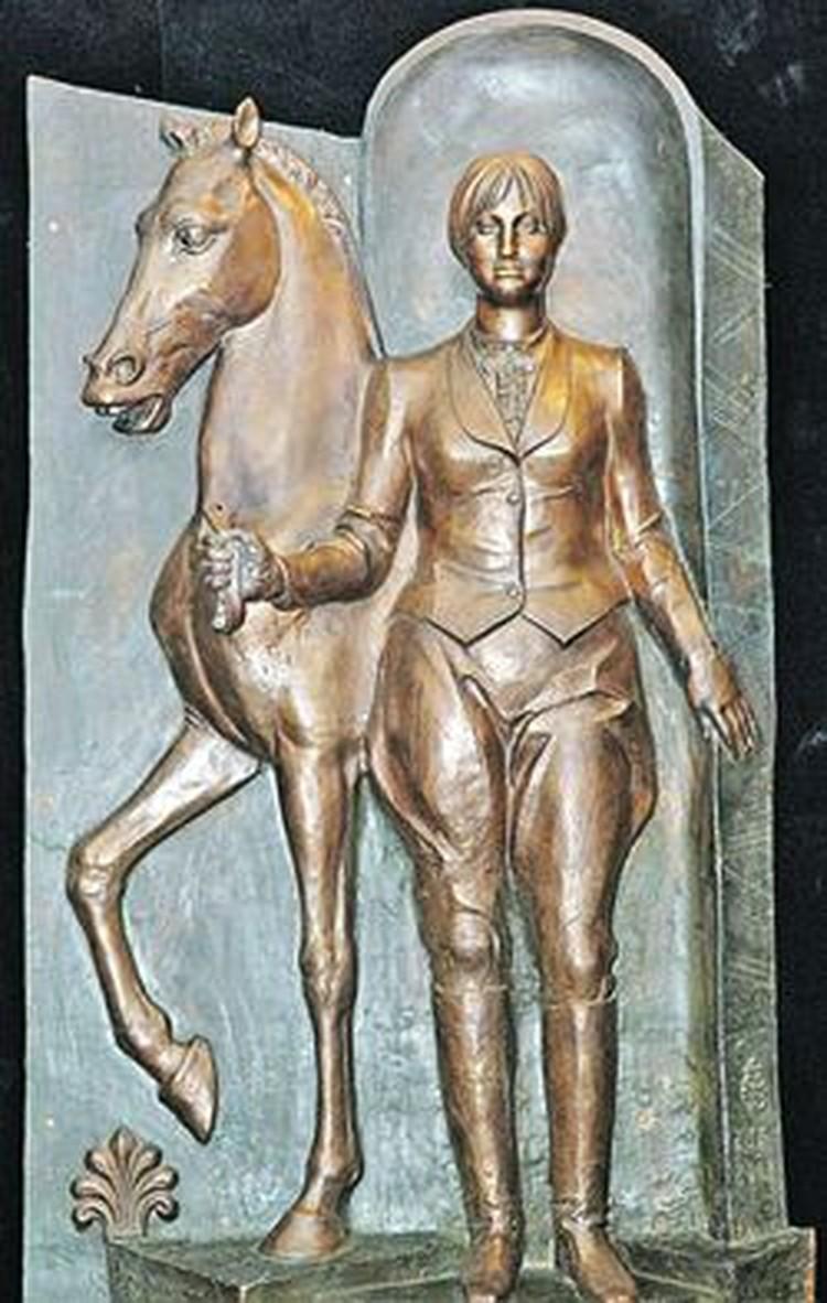 Даже забронзовевшим фигурам приходилось отстегивать чиновникам (скульптура Батуриной работы Церетели).