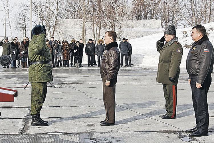 Верховный главнокомандующий убедился в боеготовности ядерного щита России. На фото справа - министр обороны Анатолий Сердюков.