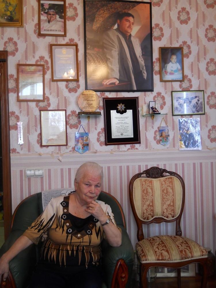 Мама Михаила Круга Зоя Петровна Воробьева у памятной стены сына