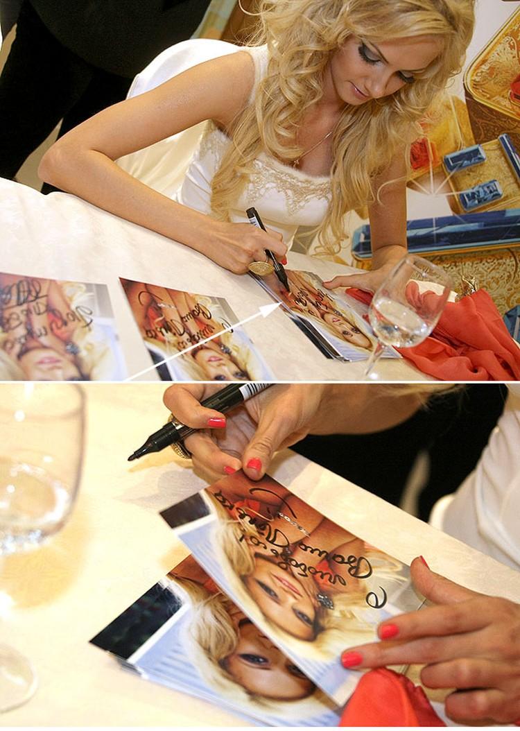 Молодые актрисы с удовольствием раздавали автографы