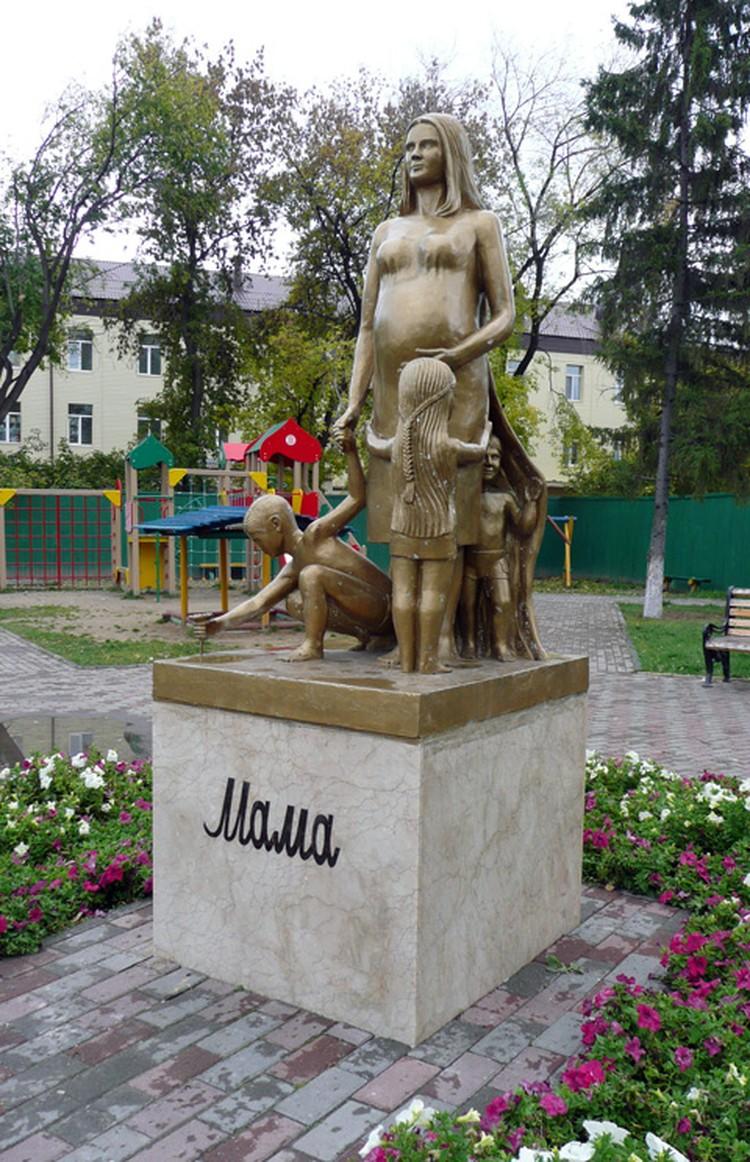 Памятник маме.