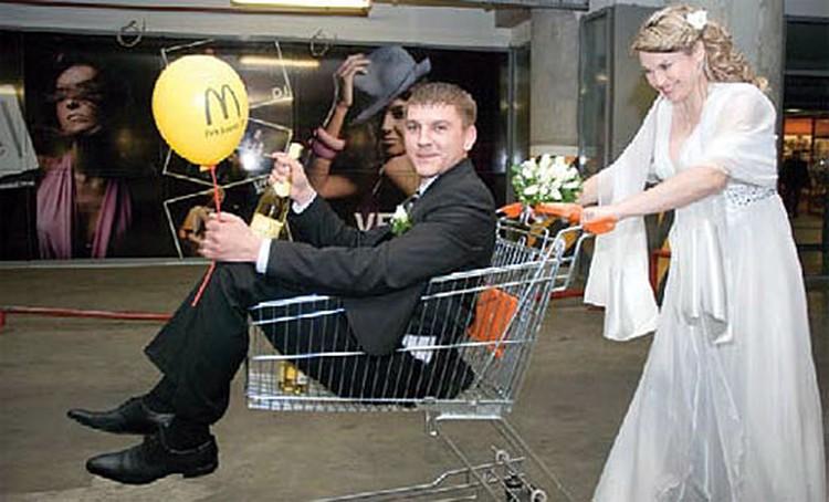 3-е место и блендер выиграли Владимир и Анна. Поездка за город с друзьями обернулась самой сумасшедшей свадьбой.
