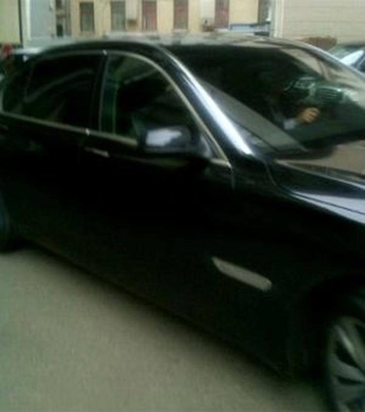 Это фото своей министерской машины уже без мигалки (!) Дмитрий Ливанов выложил в своем Твиттере. Любуйтесь.