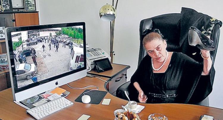 Ректор академии Вероника Ирина-Коган - корреспонденту «КП»: - Я сняла туфли и побежала разнимать дерущихся босиком! (На мониторе - запись драки с камеры наблюдения.)