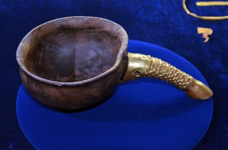 Отношение к золоту у древних кочевников странное: им украсили даже деревянный ковш.