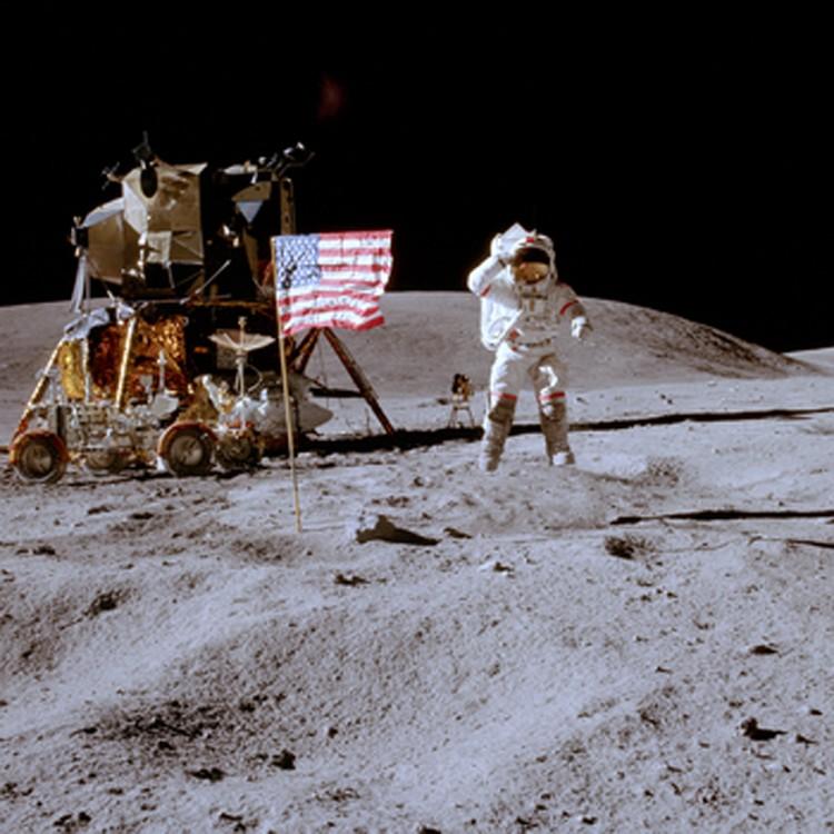 Экспедиция Аполлона-15: флаг стоит достаточно далеко. Его не сдуло