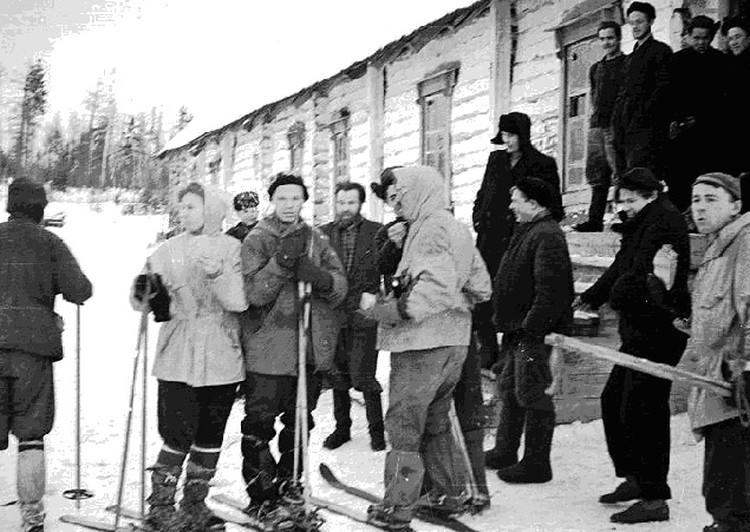 Прощание дятловцев с поселком Северный и выход в тайгу.