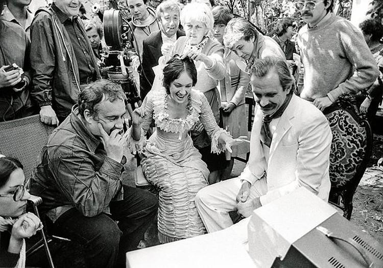 Эльдар Рязанов на съемочной площадке «Жестокого романса» с Ларисой Гузеевой и Никитой Михалковым. 1983 год.