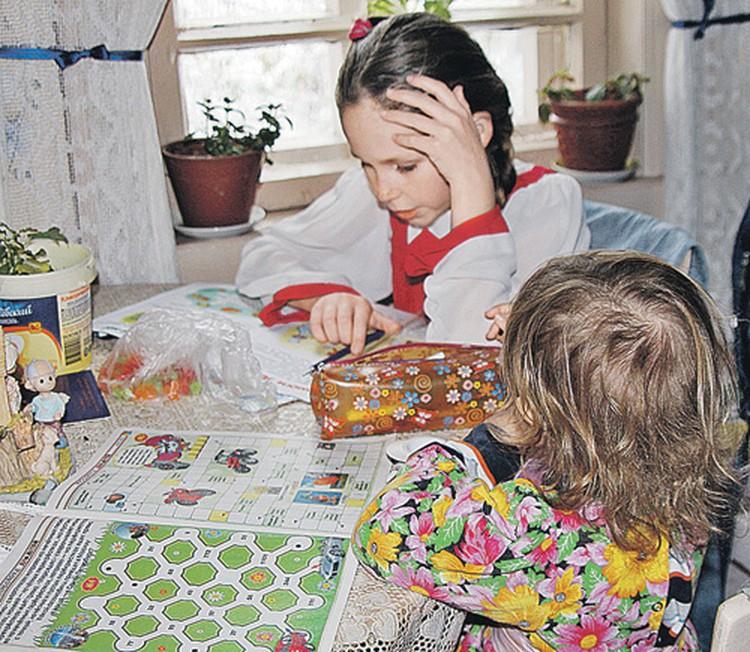 Младшие Мурачевы судовольствием ходят в школу и читают русские сказки.