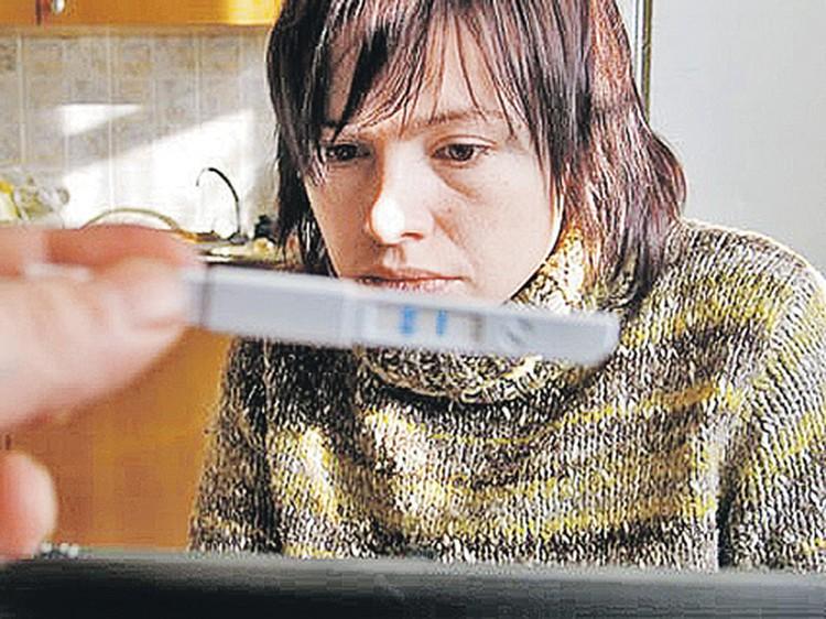Интимный момент: Ирина убита новостью, ее супруг фотографирует тест на беременность. Так появился третий ребенок...