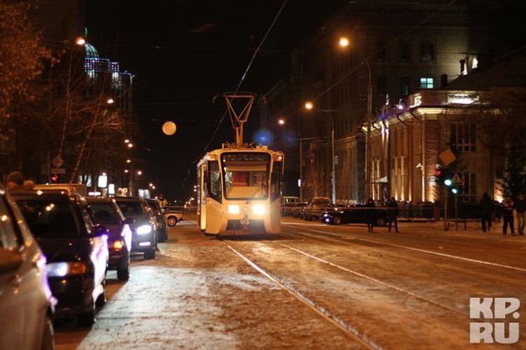 Чтобы оператор смог хорошо снять аварию, на ночь в городе перекрыли движение по улице Серебренниковской, к месту ДТП подогнали два трамвая и очень много массовки.