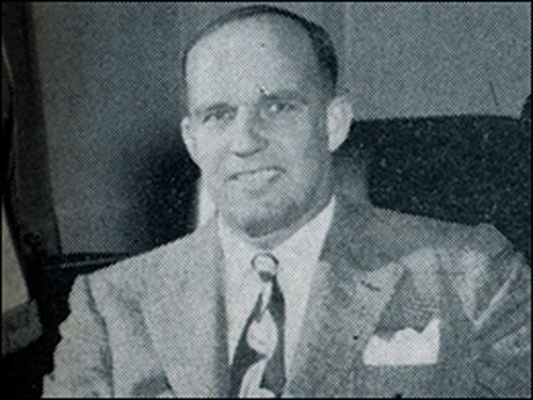 Агент Хоттел. Родился в 1902 году, закончил университет Джорджа Вашингтона. Служил в ФБР с 1934 года. Вышел в отставку в 1955 году. Умер в 1990.