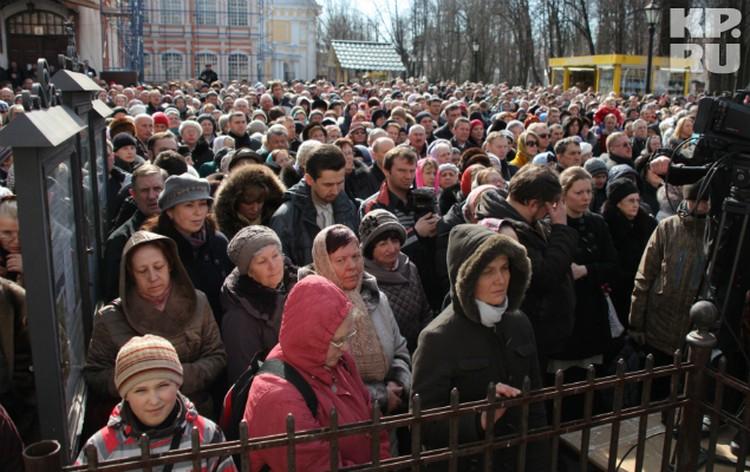 Из-за столпотворения не все попали на службу в Свято-Троицкий собор.