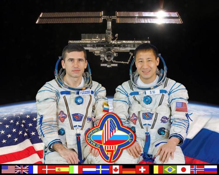 МКС-7:  Командир Юрий Маленченко (Роскосмос) и бортинженер Эдвард Лу  (НАСА).