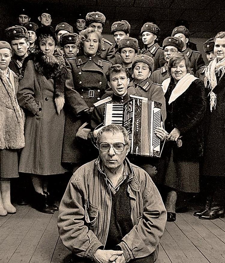 Петр Тодоровский и съемочная группа картины «Анкор, еще анкор!». 1992 год.