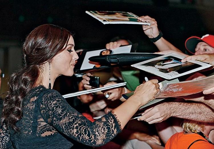Кто же не хочет взять автограф у Моники Беллуччи?