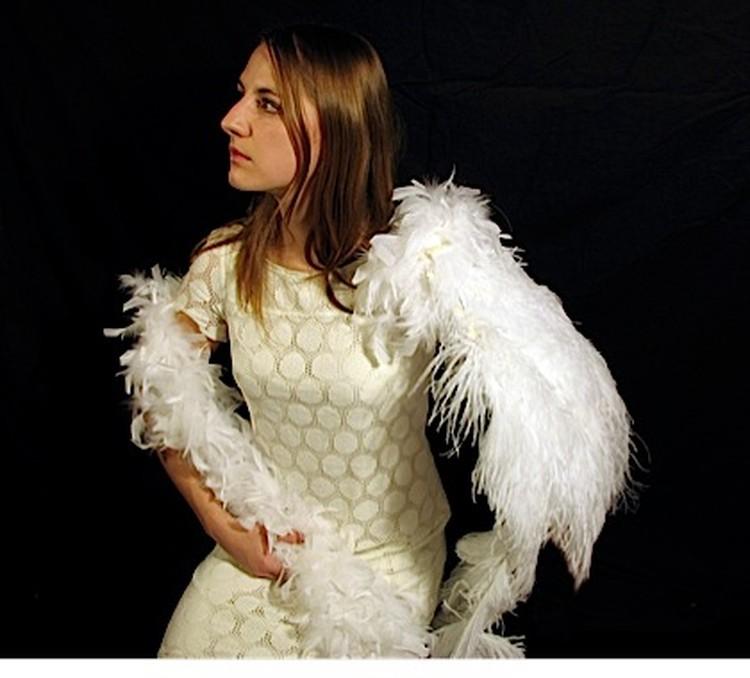Карли Хегген с протезом - крылом из перьев и цветов.