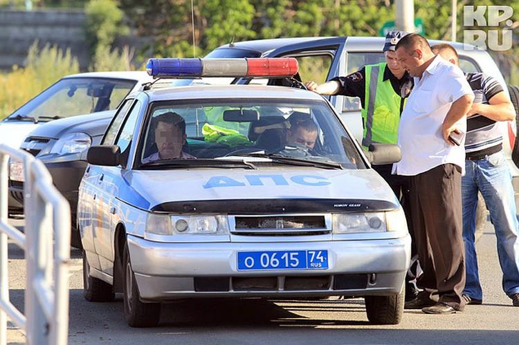 Пока полицейские опрашивали очевидцев, водитель сидел в патрульной машине