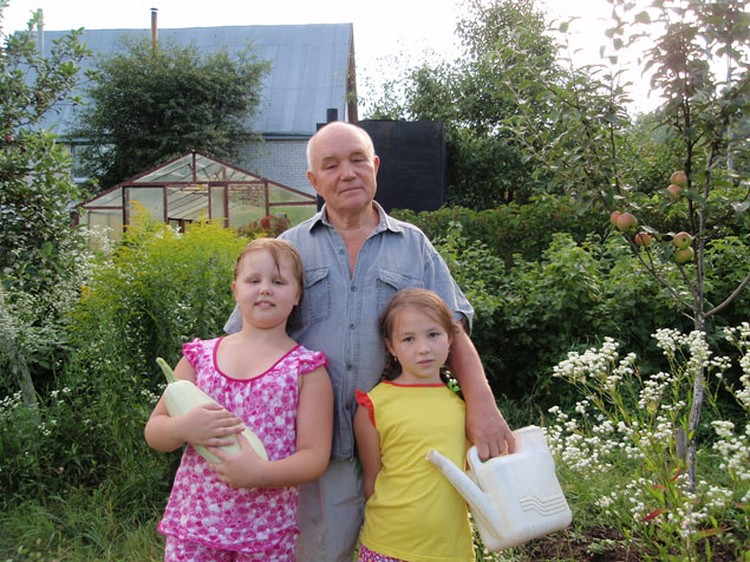 Дмитрий Кузьмич признается: ругает домашних, если внучкам покупают сладости с красителями.