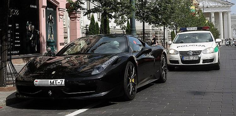 Богач из Беларуси припарковал в Вильнюсе свой Ferrari, «как дома».