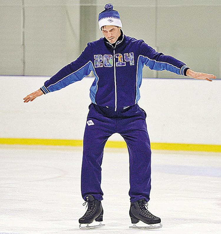 Хоккеист Алексей Яшин надел фигурные коньки и теперь как будто заново учится кататься.