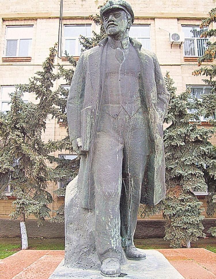Молдаване дорожат своим прошлым,  настоящим и будущим. Памятник Владимиру Ленину в столице Гагаузии городе Комрате.
