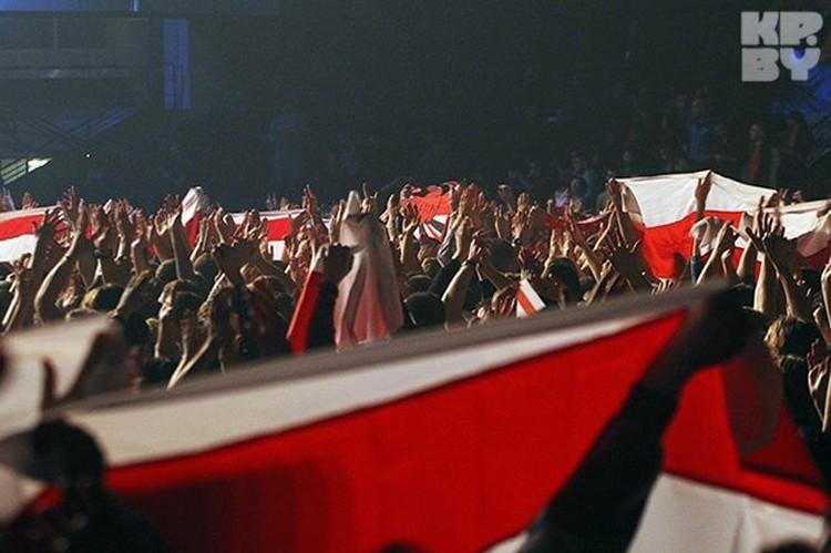 Бело-красно-белые флаги были на концерте практически у всех зрителей