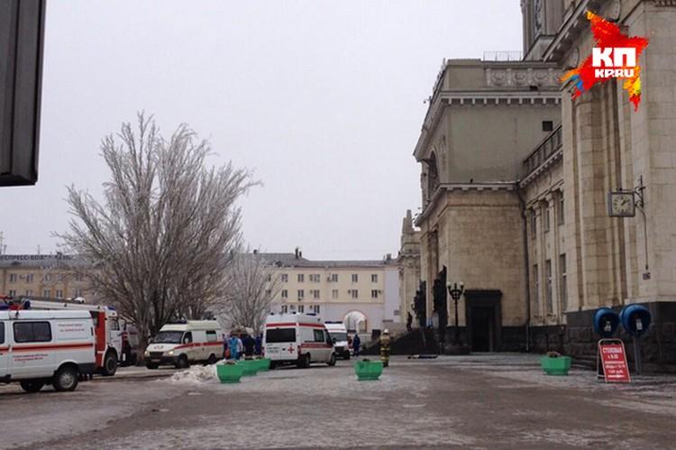 """Вход в здание разворотило взрывом, рядом около 30 """"скорых""""."""