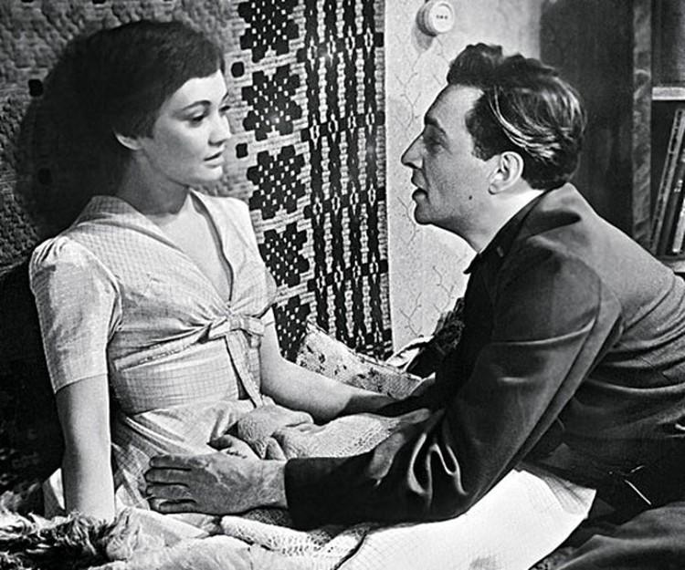 """Лариса Лужина: """"Все женщины завидовали мне, что я играю со Славой Тихоновым, а мы даже ни разу не поцеловались!"""" (кадр из фильма """"На семи ветрах"""")."""