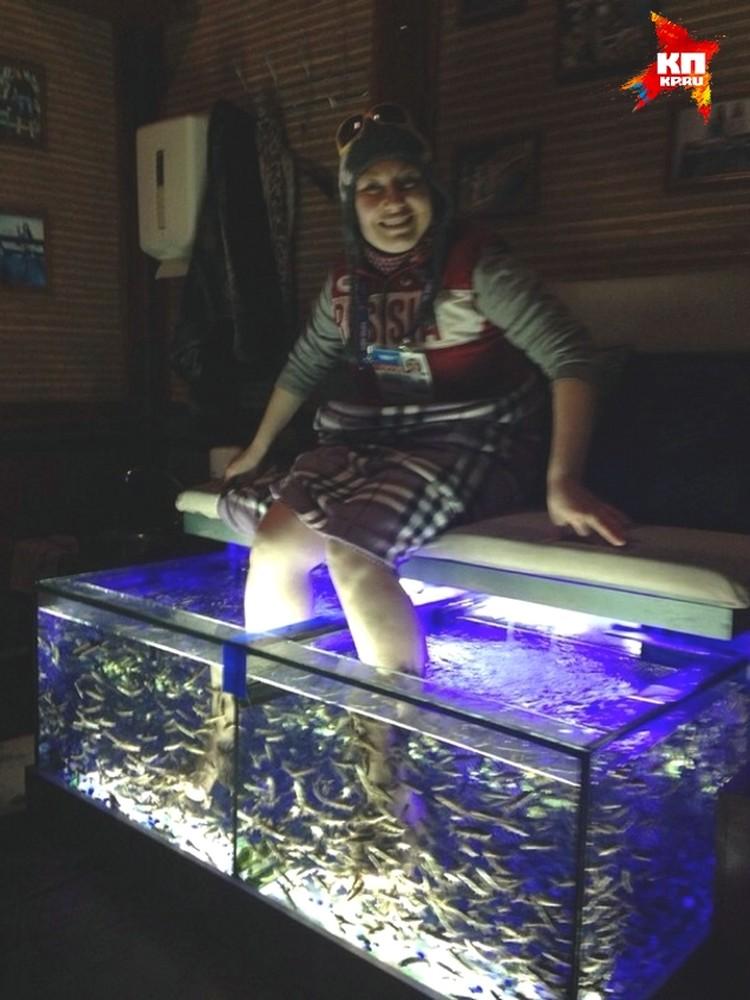 Отличный способ восстановить душевное равновесие - опустить ноги в аквариум с рыбками. Рыбки не простые, а специальные, медицинские, они питаются ороговевшими частичками кожи. Это вам не щёткой пятки тереть.