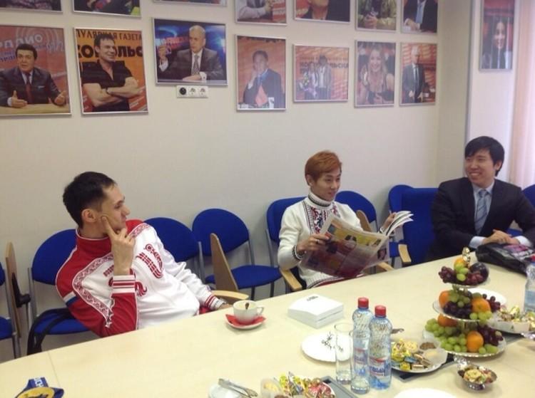 """Виктор Ан читает """"Комсомолку"""" перед началом пресс-конференции."""