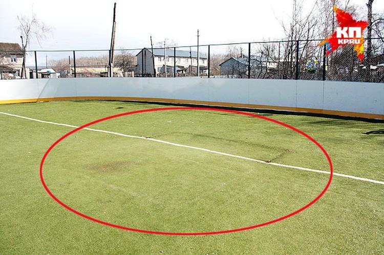 На искусственном покрытии поля еще остались следы от железных ворот.