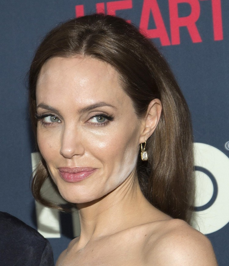 Актриса смотрелась бы как всегда сногсшибательно, если бы не странный макияж.