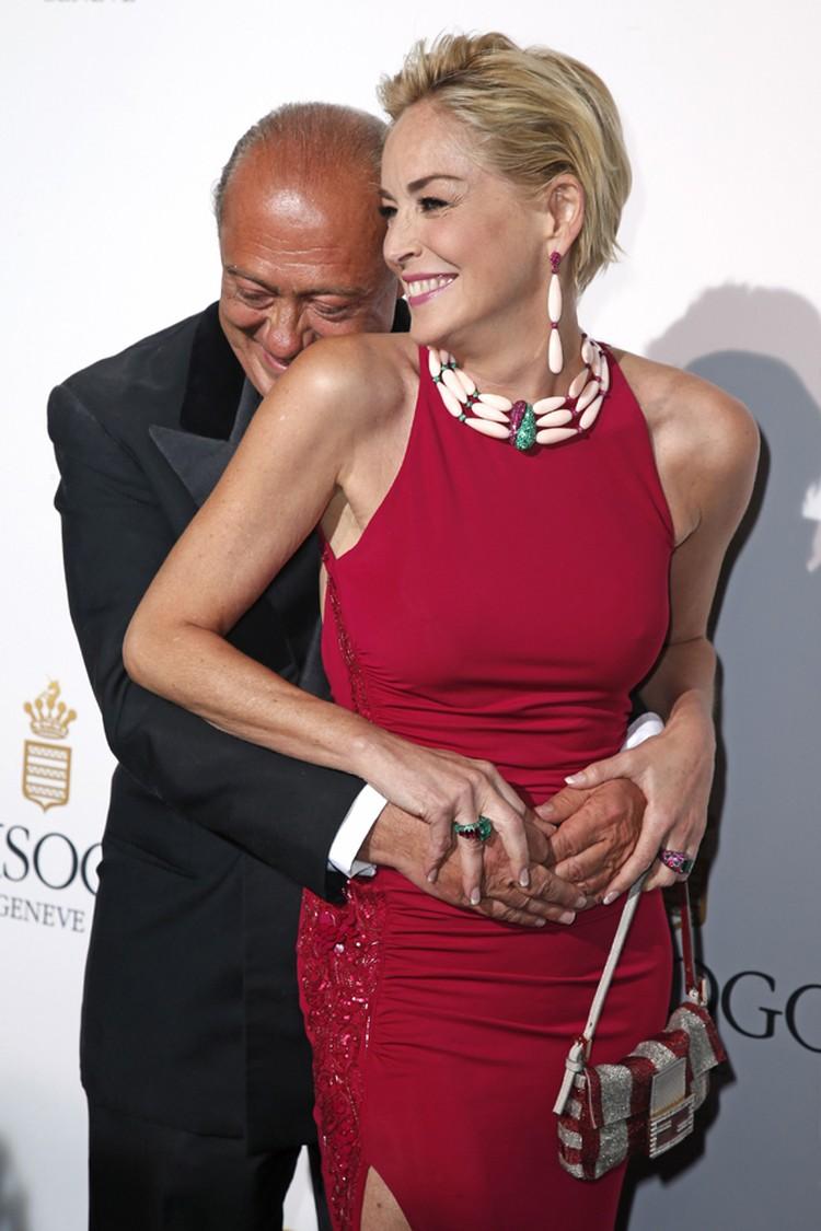 Обняв актрису, ювелир целовал плечико Стоун, пока она, наконец, не высвободилась из его объятий.