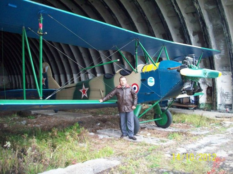 Константин Жигулин у самолета на аэродроме Калинка, Хабаровский край